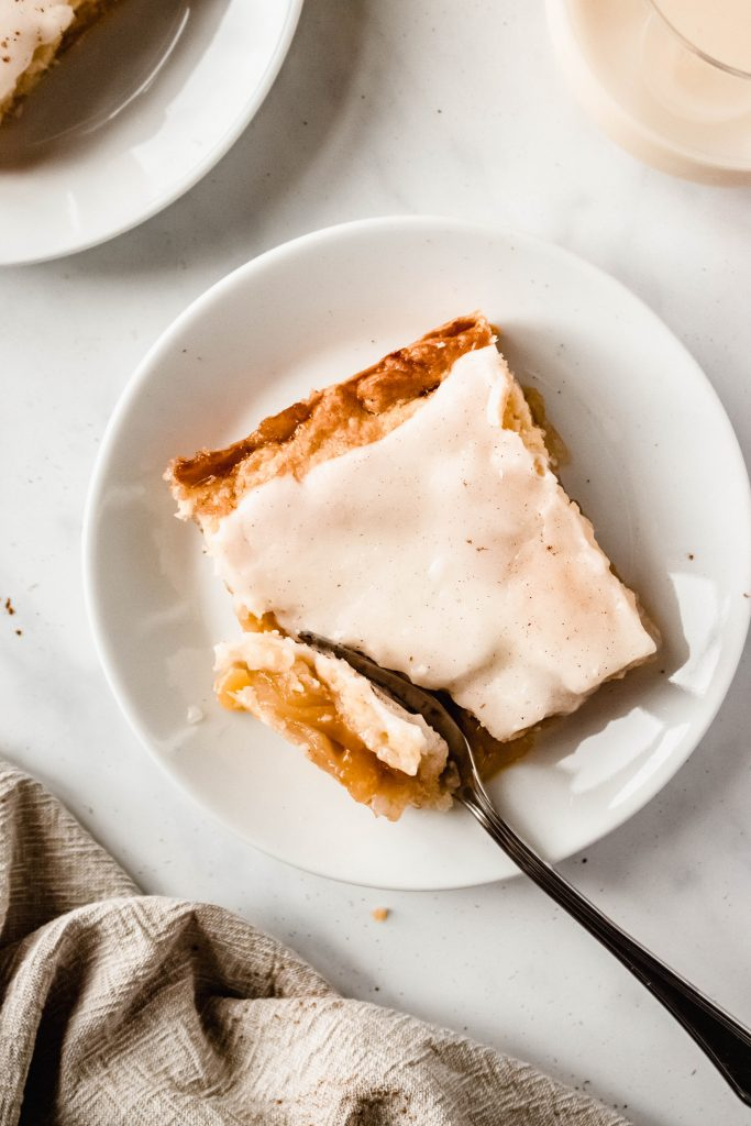 Best Apple Slab Pie With Icing   This Easy Apple Slab Pie is sweet, gooey and oh so cozy!
